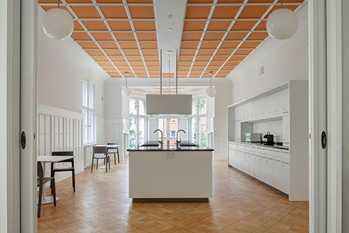 Blick vom Gemeinschaftsraum in die Küche